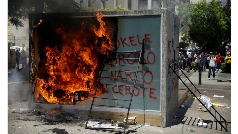 Aunque la manifestación fue pacífica se reportó la quema de un cajero de bitcóin cerca del palacio presidencial.