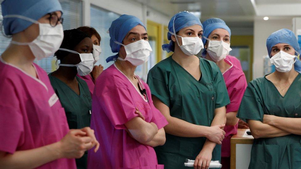 Staf kesehatan mengenakan masker menghadiri pengarahan di rumah sakit Institut Mutualiste Montsouris (IMM) di Paris, Prancis (06/04).