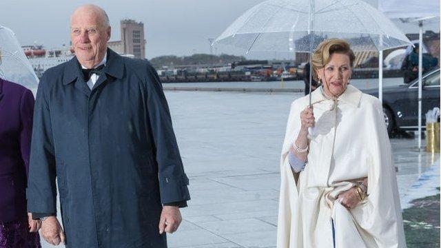 Reyes Harald y Sonja, de Noruega, y la primera ministra, Erna Solberg.