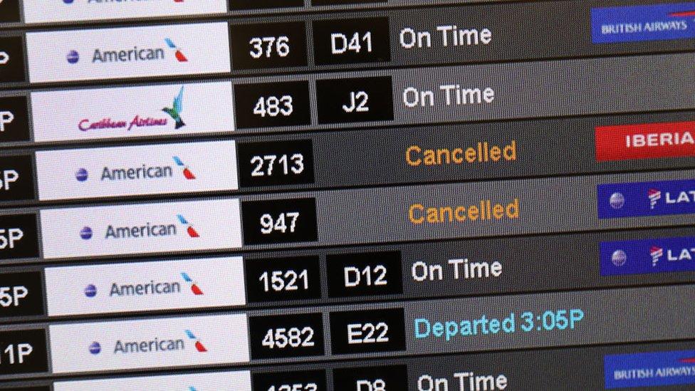 Cartel con cancelaciones de vuelos en el aeropuerto