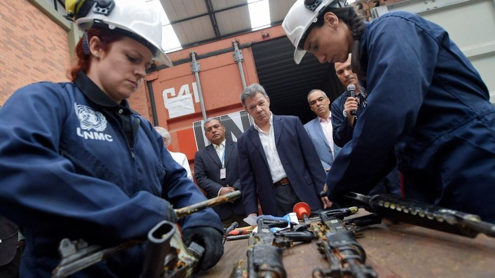 Desmantelamiento de fusiles entregados por las FARC