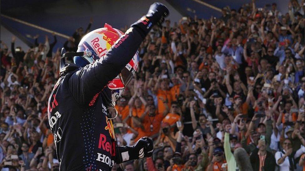 Vozač Red Bula, Maks Ferštapen, proslavlja pobedu na Velikoj nagradi Holandije