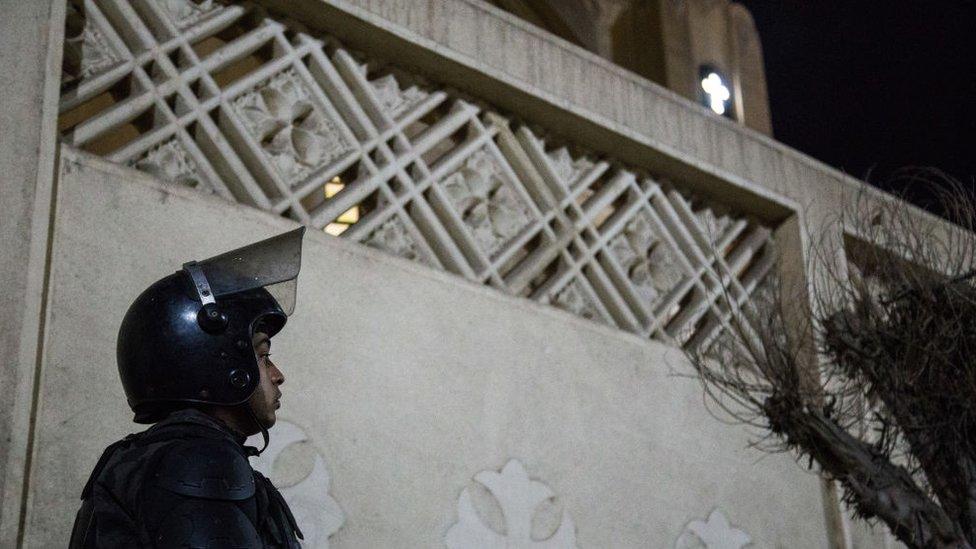 رجل أمن يحرس كنيسة مصرية