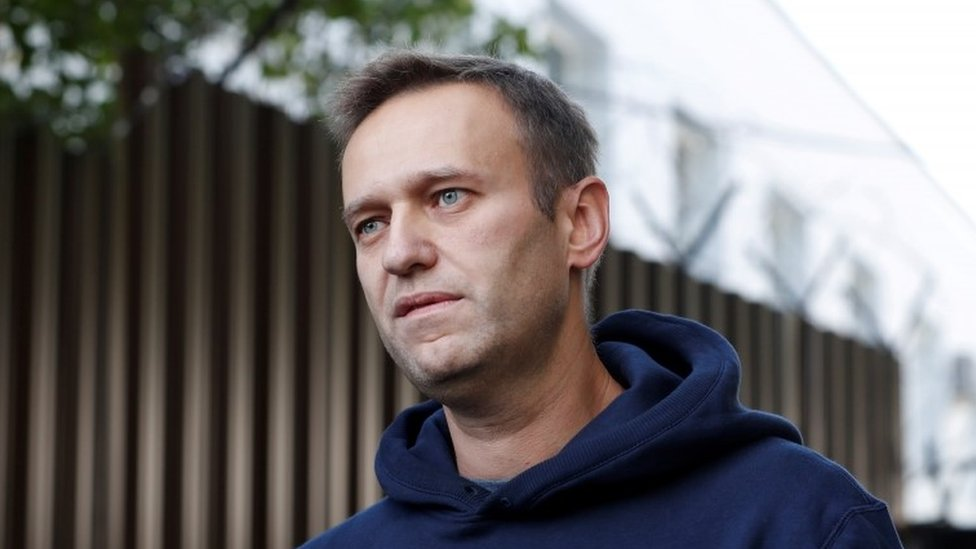 Alexei Navalny: Poisoned Russian opposition figure 'able to leave bed' thumbnail