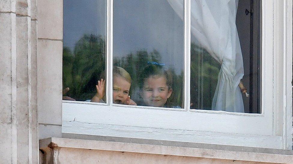 Princ Luis i princeza Šarlot gledaju sa prozora Bakingemske palate