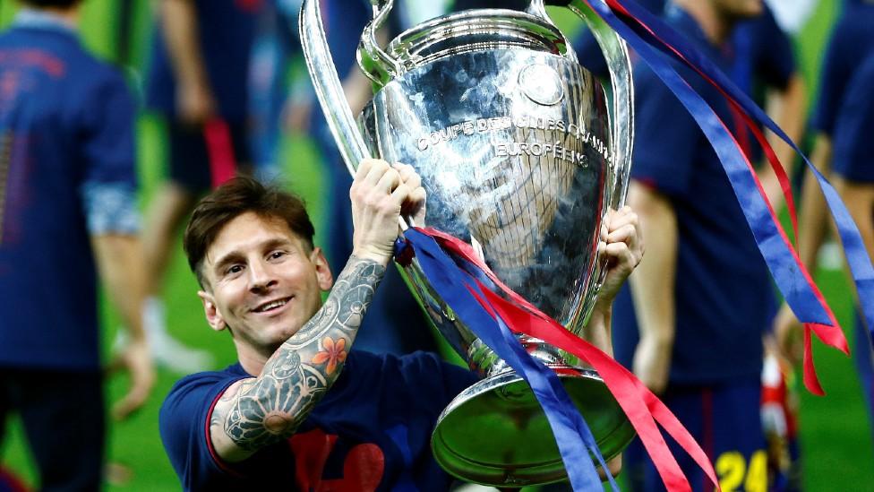 Messi levantando la copa de la Liga de Campeones