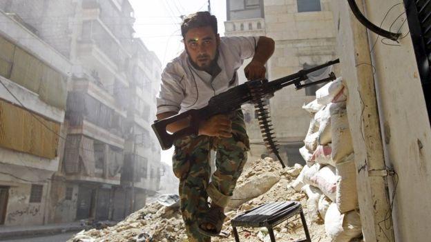 Un rebelde luchando en Siria