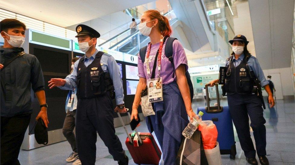 8月1日,齊馬努斯卡婭在東京羽田機場得到警方護送。