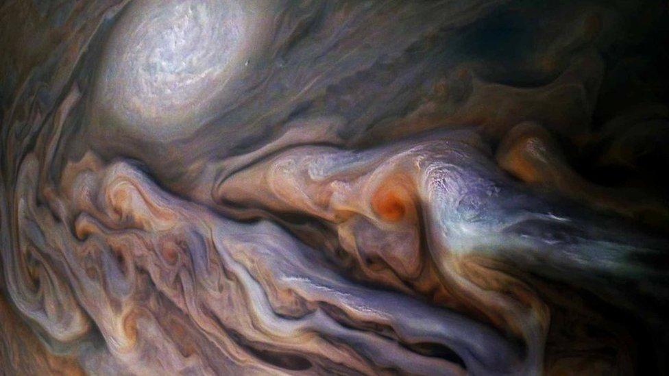 Гігантські полярні шторми на Юпітері - фото