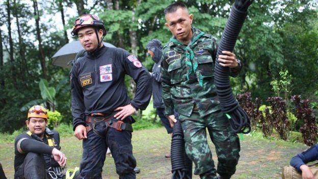 Lebih 1.000 orang, termasuk penyelam dan pasukan khusus termasuk dalam tim penyelamatan.