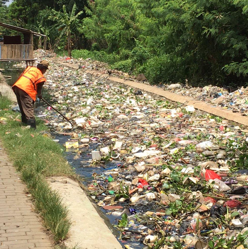 Río tapado de basura en Indonesia