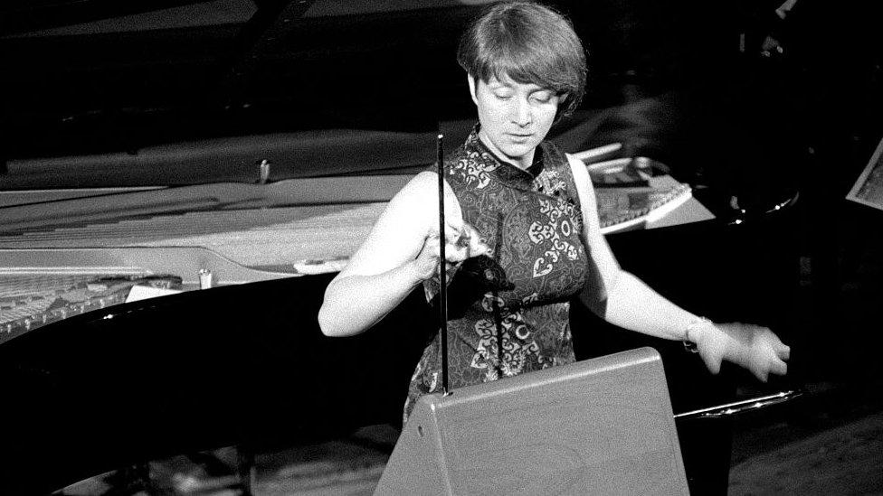 Lydia Kavina tocando el theremin