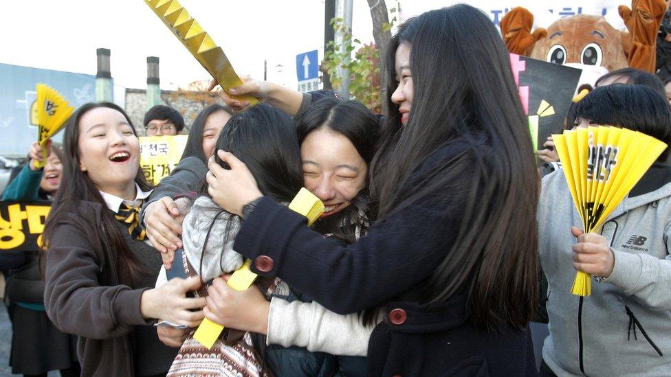 Estudiantes celebran en la calle