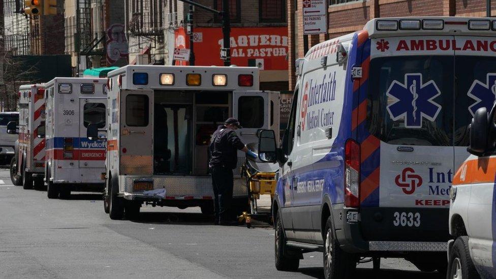 سيارات اسعاف متوقفة في بروكلين بنيويورك