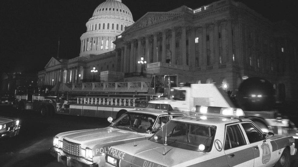 Autos de policía fuera del Capitolio después del ataque en 1983.