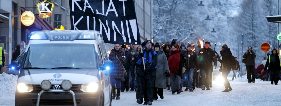 Police step in to prevent anti-immigrant groups and opponents attacking each other during a march in Tampere (23 Jan)