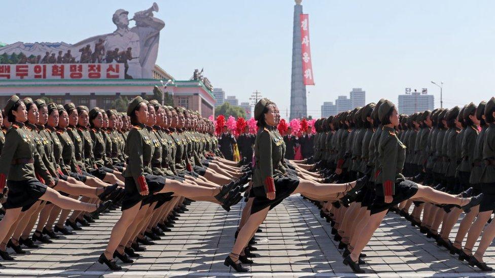 Mujeres marchando