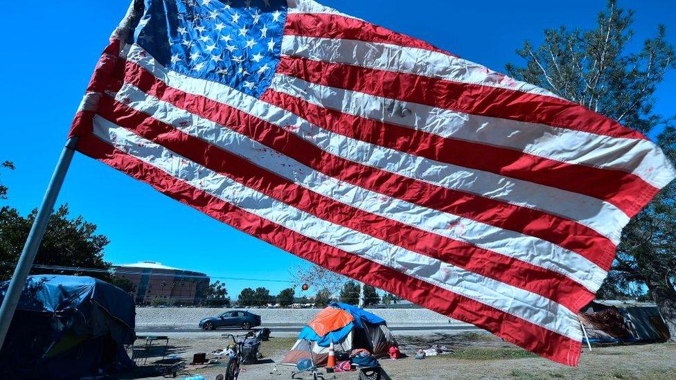 Bandera de EE. UU. en una zona pobre de California