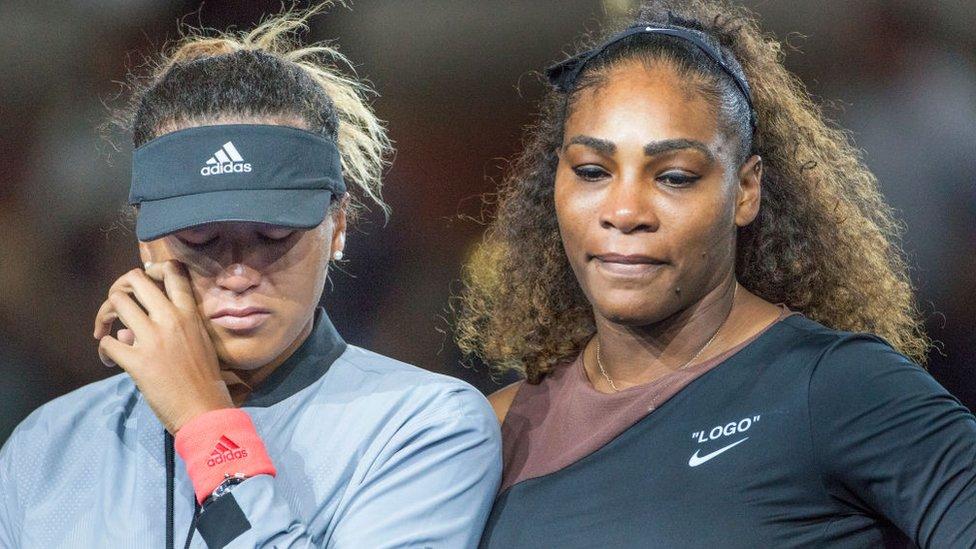 Naomi Osaka (izq.) y Serena Williams en la premiación del US Open 2018