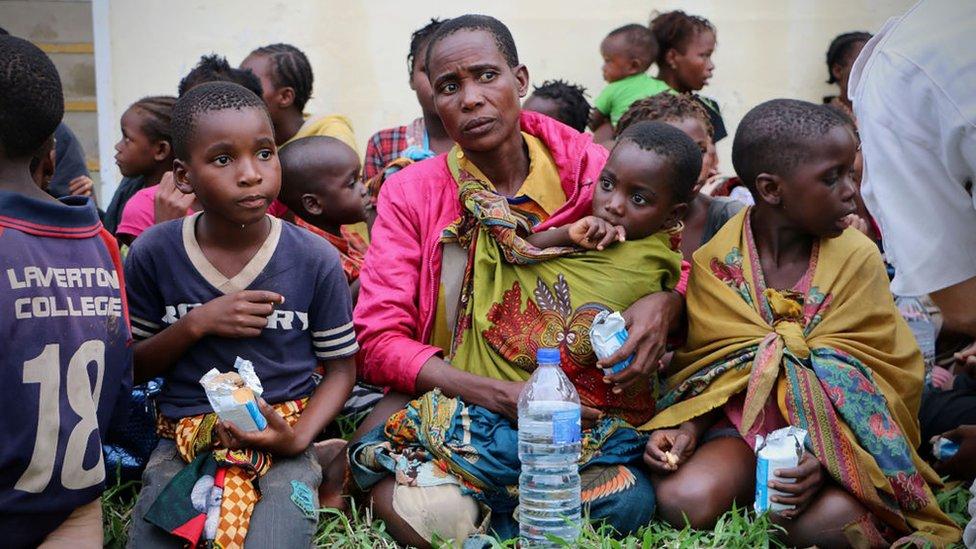 Niños y mujer desplazados tras el paso del ciclón Idai.