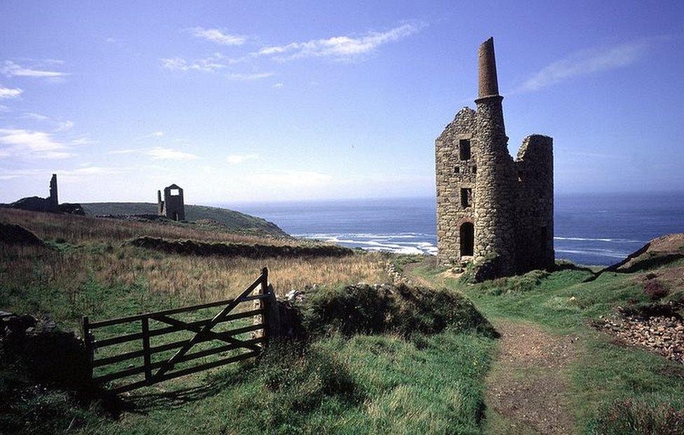 Tambang timah terbengkalai di Botallack di pantai West Penwith di Cornwall