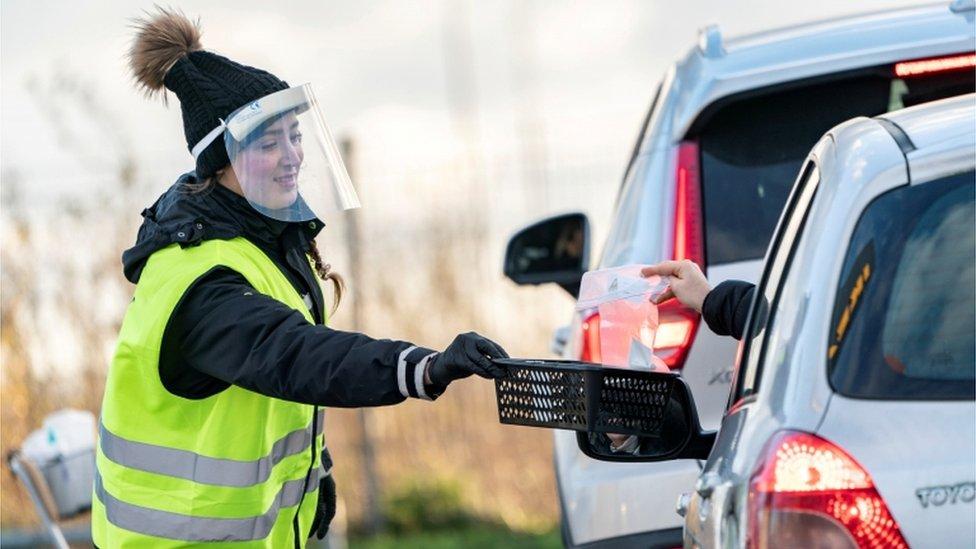 Una mujer recoge muestras de test de la covid-19 en la ciudad sueca de Malmo.