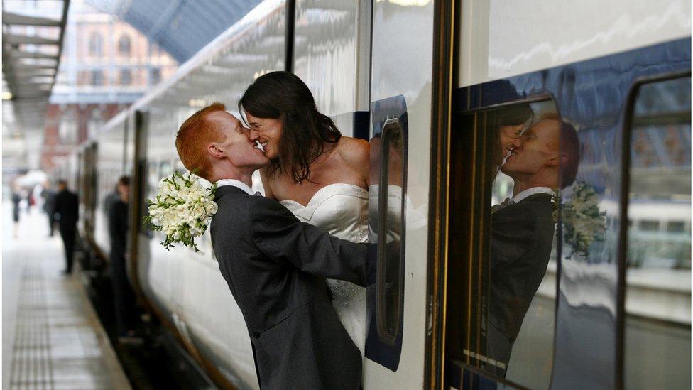 新婚夫婦在出發去布魯塞爾辦婚禮前不忘秀甜蜜