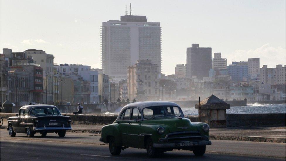 Autos viejos en el Malecón de La Habana.