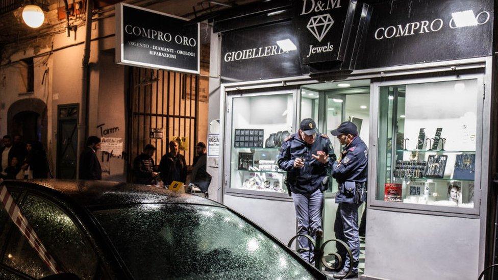 Policija ispred zlatare