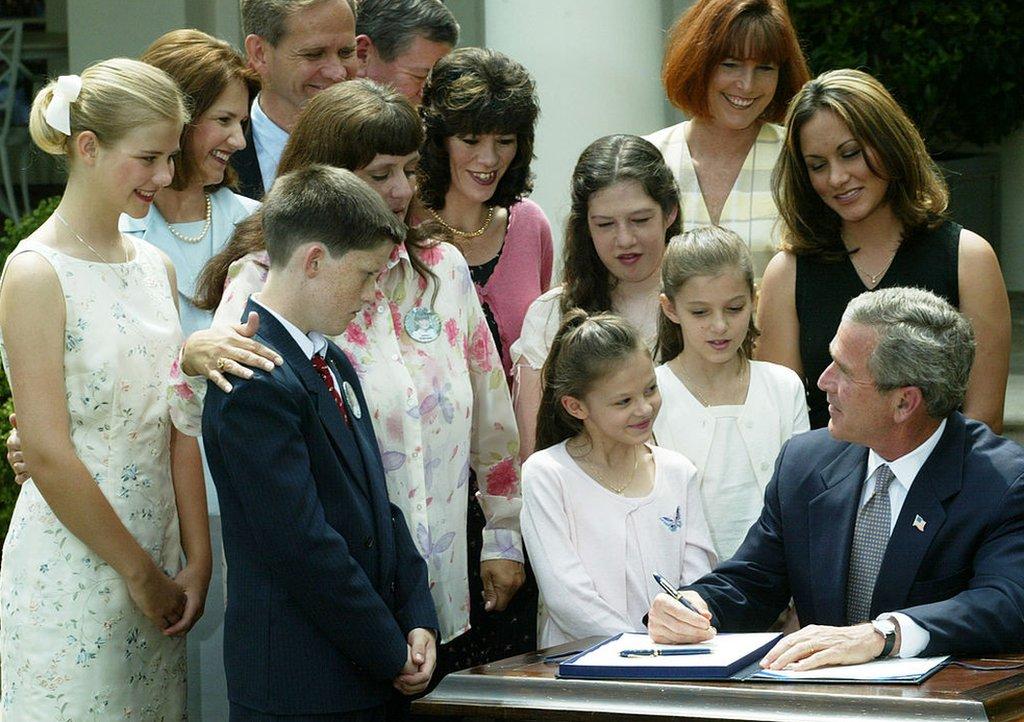 George W. Bush promulga la ley de la Alerta AMBER