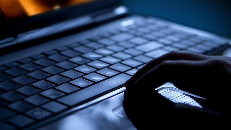 Manos sobre un teclado.