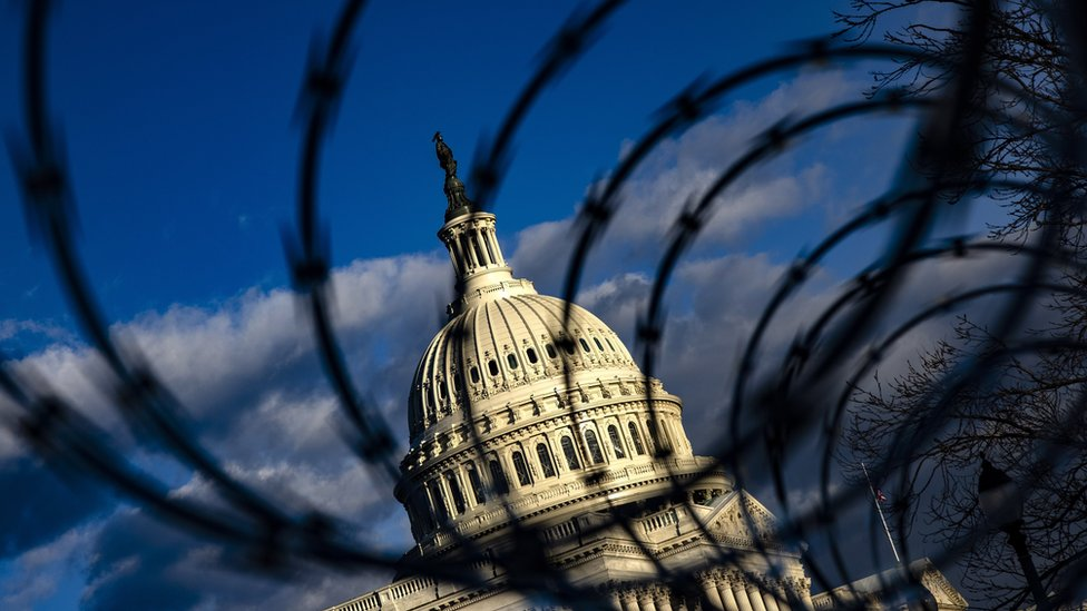 被鐵絲網保護的美國國會大廈