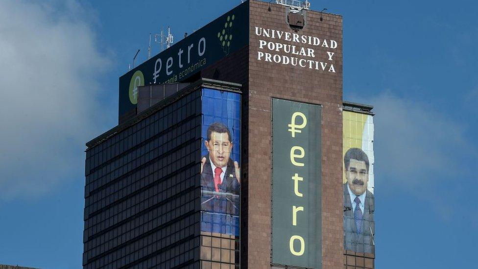 Edificio con publicidad del petro