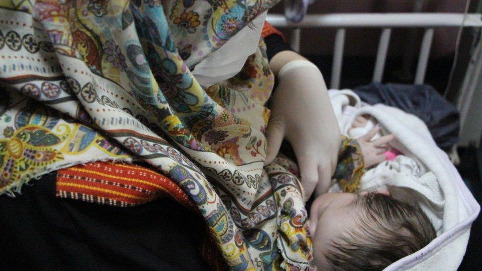 Majka doji novorođenče