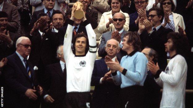 Kapiten SR Nemačke Franc Bekenbauer podiže pehar namenjen svetskom prvaku