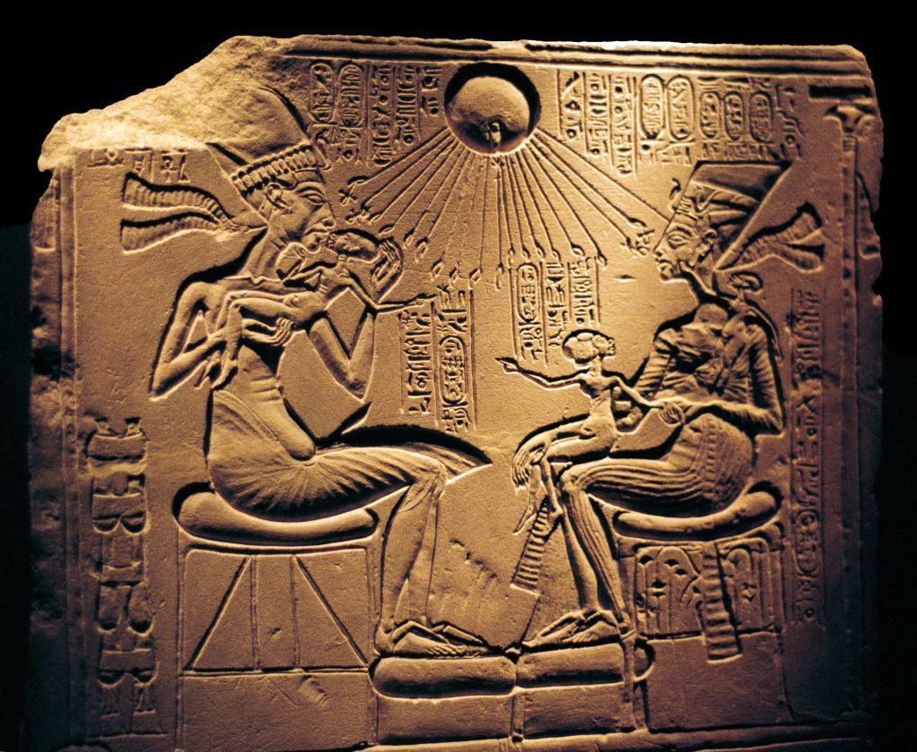 الملك أخناتون مع زوجته نفرتيتي يحميهما قرص الشمس