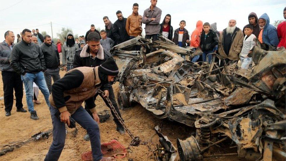 Palestinci gledaju u pogođene olupine