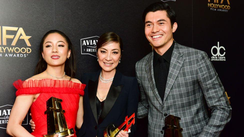 2018年首映的《摘金奇缘》(Crazy Rich Asians)是亚裔美国人慢慢走向大银幕的一个例子。(photo:EBCTW)