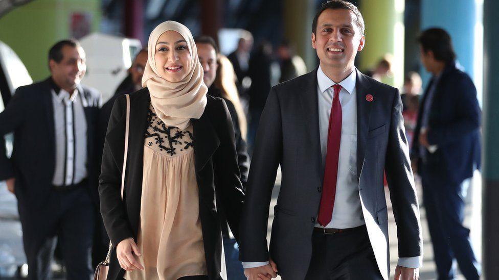 أنس سروار وزوجته فورحين في 2017