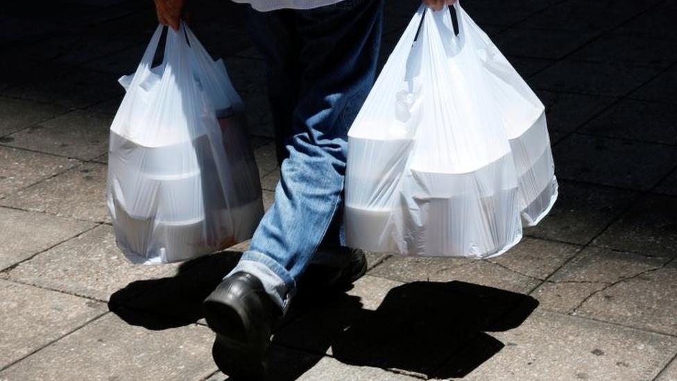 Consumo de plásticos explode na pandemia e Brasil recicla menos de 2% do material