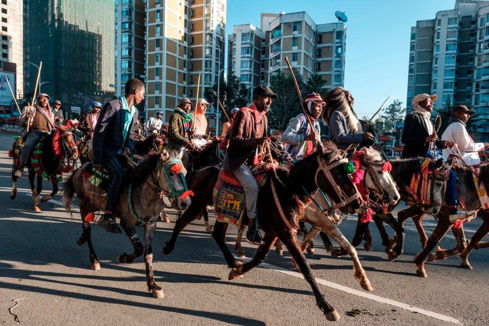 أقام فرسان استعراضا في شوارع أديس أبابا لتحية الرئيس أبي بعد عودته من النرويج