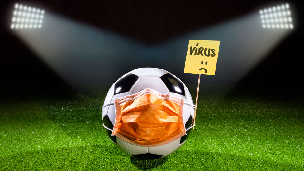 """Ilustración de una pelota de fútbol con un barbijo y un cartel que dice """"virus"""""""