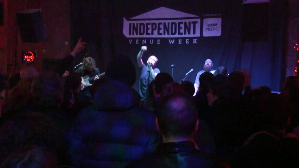 Idles nastupaju u Studiju 2 u Liverpulu na Nedelji nezavisnih klubova 2019. godine