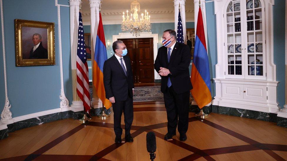美國國務卿蓬佩奧(右)在國務院大樓接見阿米尼亞外長姆納察卡尼彥(左)(23/10/2020)