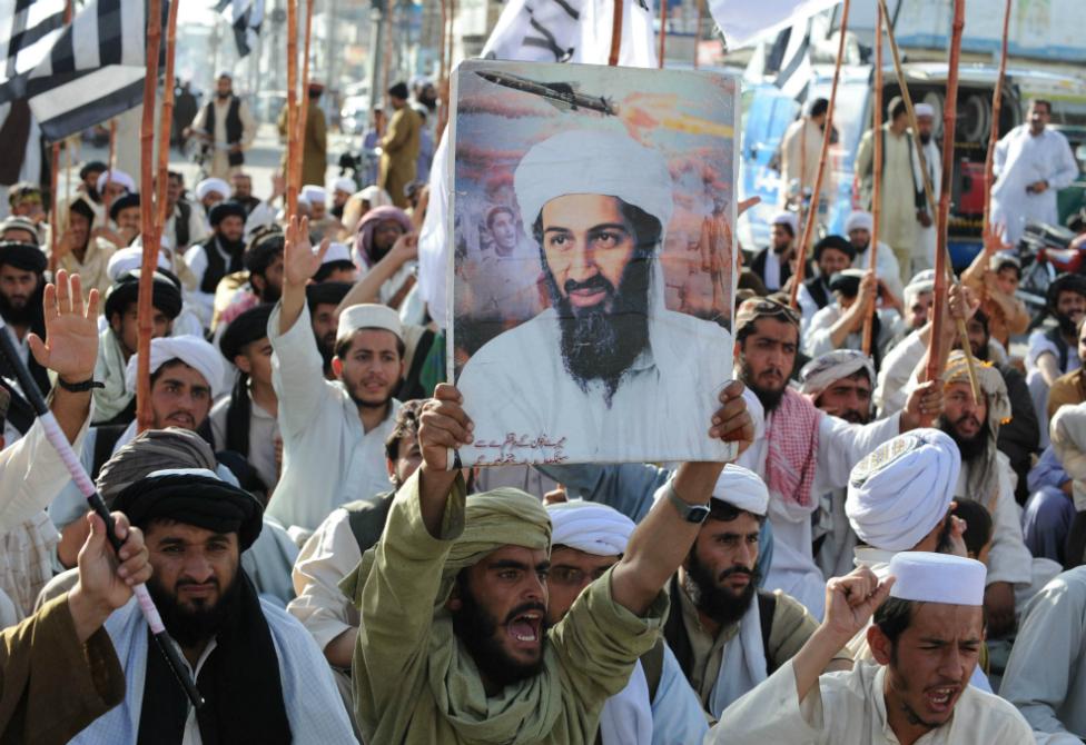 Manifestantes antiestadounidenses sostienen un cartel con la foto de Osama bin Laden, en Quetta, Pakistán, después de que fuera ultimado por fuerzas de EE.UU. en 2011