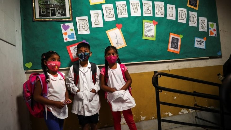 Crianças em escola na Argentina
