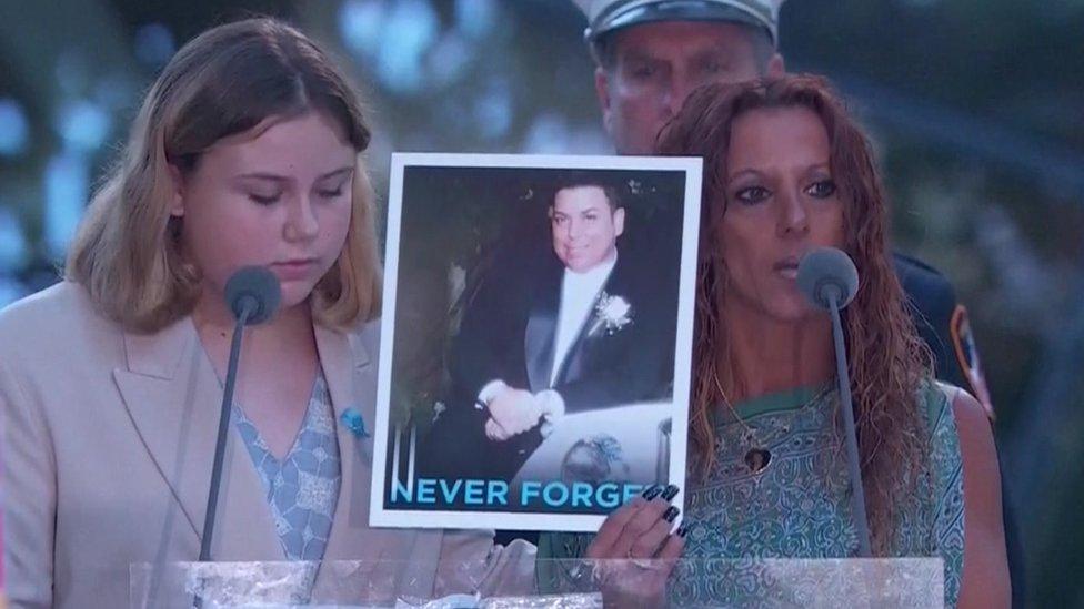 Lisa Reina drži sliku supruga, Njujork, 11. septembar 2021.