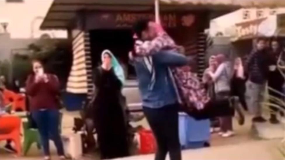 طالب يحتضن طالبة في حرم جامعة المنصورة