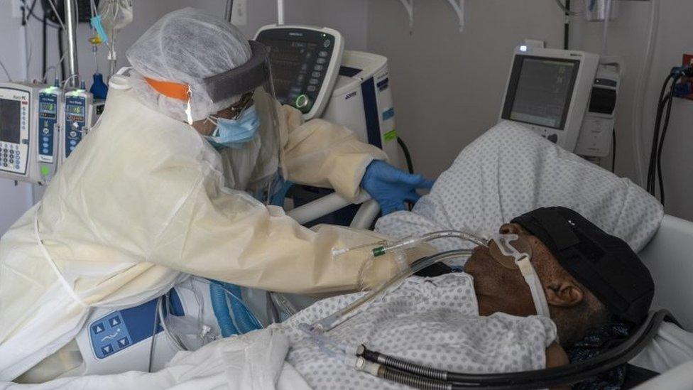 Paciente com covid-19 internado em UTI