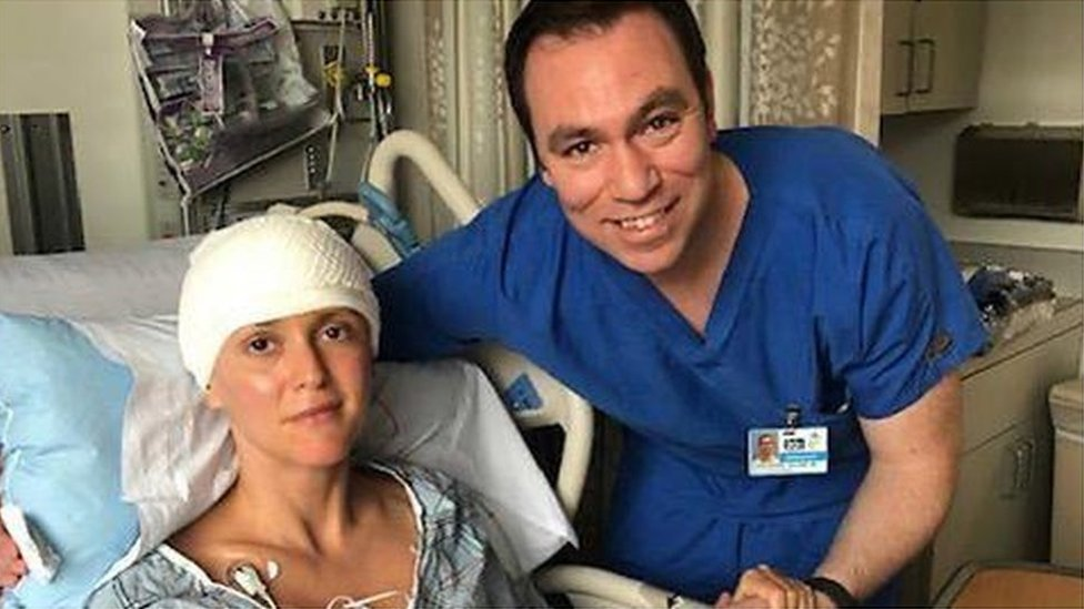 在醫院接受治療中的希爾與其主治醫生在一起